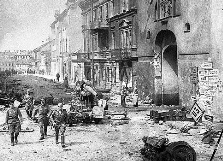 Красноармейцы в освобождённом Вильнюсе.