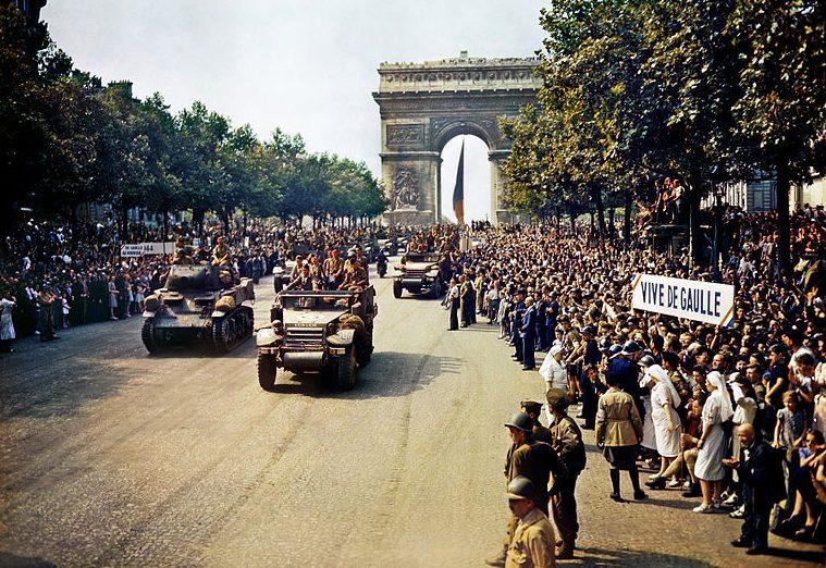 Жители Парижа приветствуют союзников на Елисейских Полях. 26 августа 1944 года.
