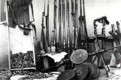 Оружие и боеприпасы, изъятые при обыске.