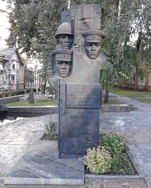 г. Каменское (Днепродзержинск). Памятник, установленный в 1985 году, воинам истребительного батальона, погибших в 1941 году.
