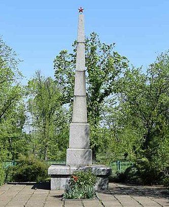 п. Божедаровка Криничанского р-на. Памятник на братской могиле, в которой похоронено 300 советских воинов, погибших в боях за поселок 26-30 октября 1943 г.