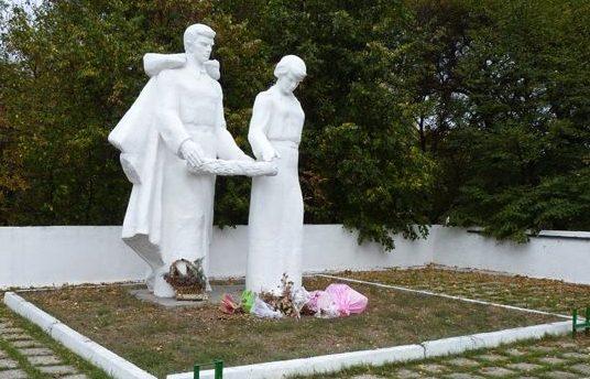 с. Вязовок Павлоградского р-на. Памятник, установленный на братской могиле воинов, погибших в боях за село.