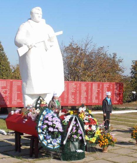 с. Болтышка Криничанского р-на. Памятник, установленный на братской могиле советских воинов.