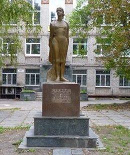 г. Каменское (Днепродзержинск). Памятник подпольщице Галине Романовой.
