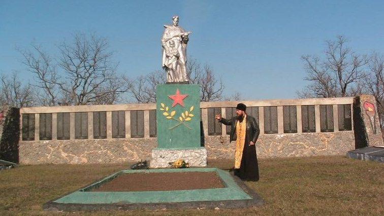 с. Гуляйполе Криничанского р-на. Братская могила советских воинов и памятник землякам, погибшим в годы войны.