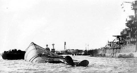 Затонувший линкор «Oklahoma» в Перл-Харборе. Декабрь 1941 г.