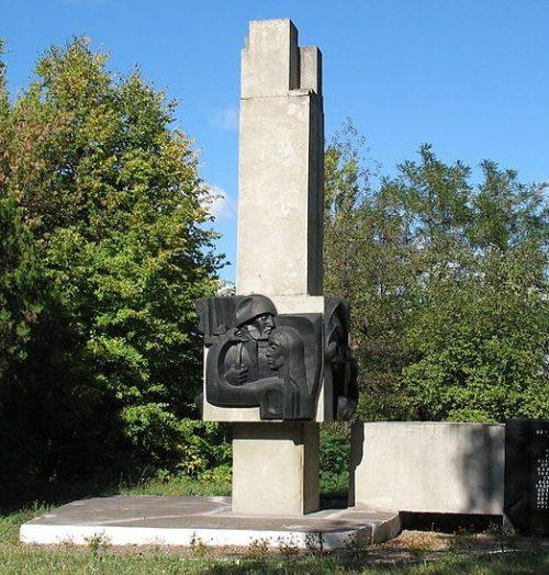 г. Каменское (Днепродзержинск). Памятный знак, установленный в 1975 году на территории университета погибшим преподавателям, сотрудникам и студентам индустриального института.