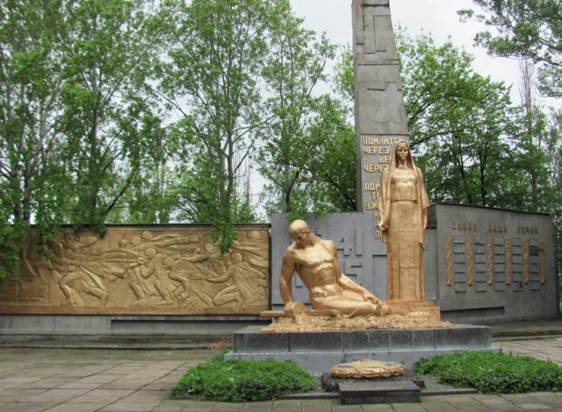 с. Дружба Криничанского р-на. Памятник, установленный на братской могиле советских воинов.