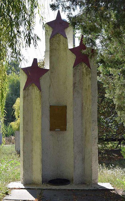 г. Каменское (Днепродзержинск). Памятник воинам-трамвайщикам, погибших на войне, установленный в 1985 году на территории трамвайного управление депо №1.