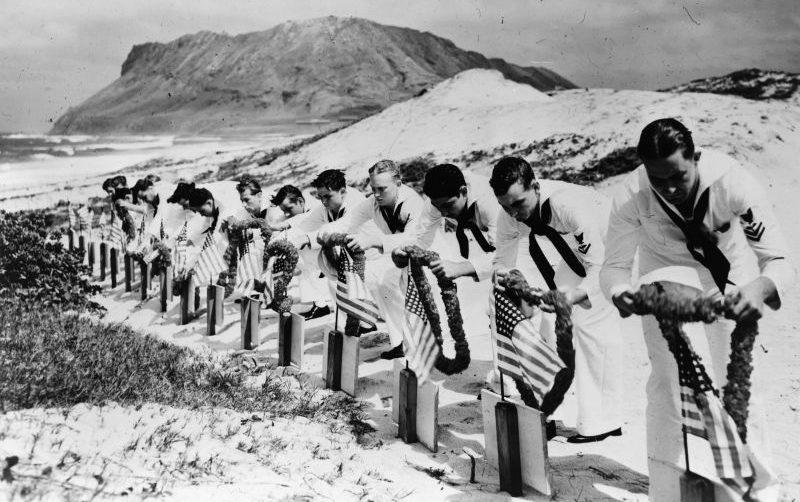 Матросы на могилах, погибших в Перл-Харборе при налете японской авиации. Декабрь 1941 г.