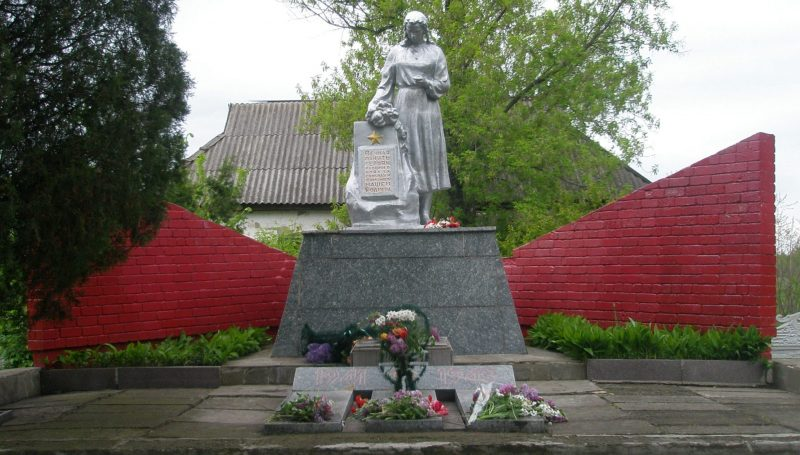 с. Зоря Криничанского р-на. Памятник, установленный на братской могиле советских воинов.