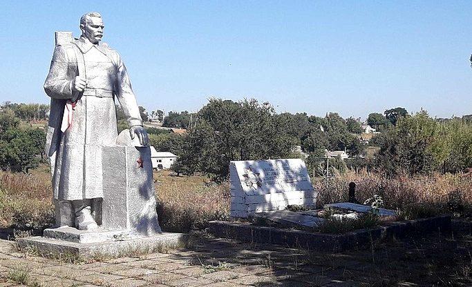 с. Красный Яр Криничанского р-на. Памятник, установленный на братской могиле советских воинов и памятный знак погибшим односельчанам.