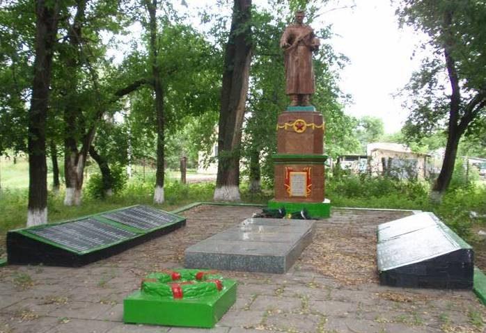 с. Малософиевка Криничанского р-на. Памятник, установленный на братской могиле советских воинов, погибших при освобождении села.