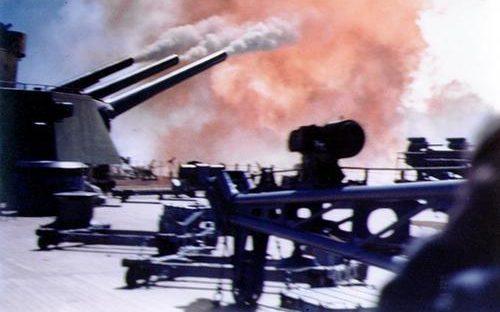 Линкор «Северная Каролина» ведет огонь из 16-дюймовых орудий. 1941 г.
