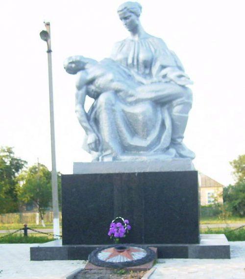 Памятник односельчанам, погибшим в годы войны, установленный в 1981 г.