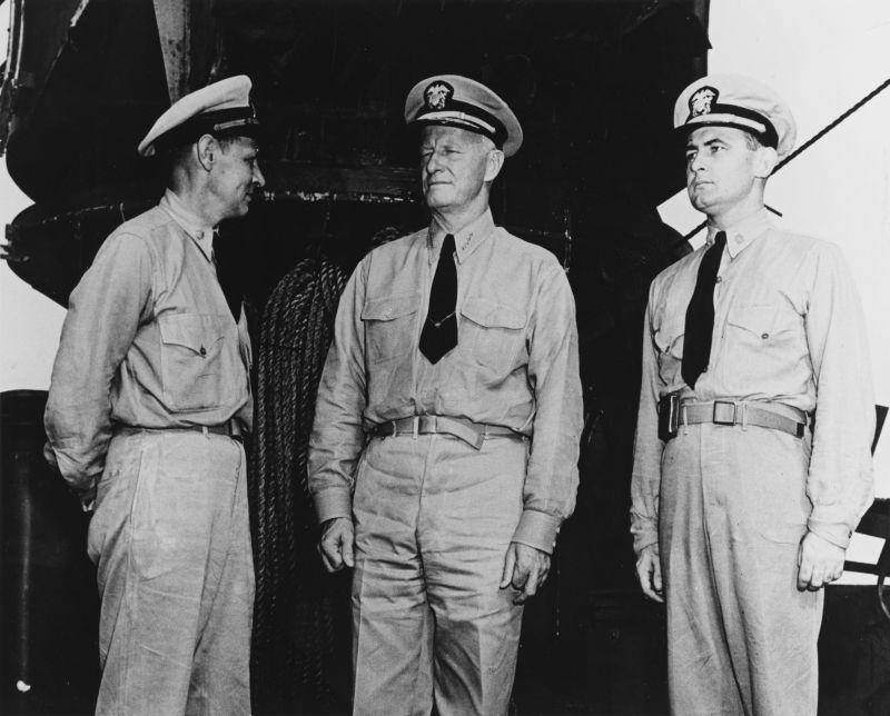 Адмирал Честер Нимиц, командующий Тихоокеанским флотом и зоной Тихого океана с двумя старшими офицерами тяжелого крейсера «Сан-Франциско». Февраль 1942 г.