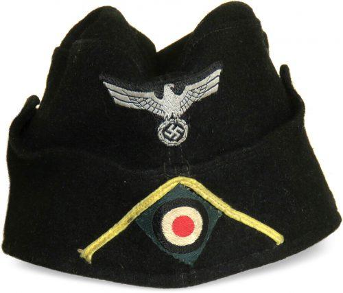 Черная суконная пилотка рядового состава танковых частей образца 1938 года с обшивкой.