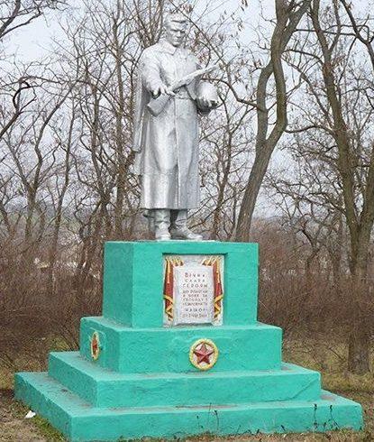 с. Покровка Криничанского р-на. Памятник, установленный на братской могиле советских воинов, погибших в боях за село.