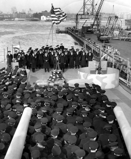 Командующий 3-м военно-морским округом адмирал Адольфус Эндрюс произносит речь во время церемонии вступления в строй легкого крейсера «Джуно». Февраль 1942 г.
