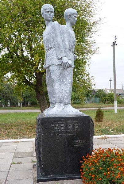 Могила пионеров Григория Бровченко и Опанаса Черевика, казненных немцами в 1942 году.