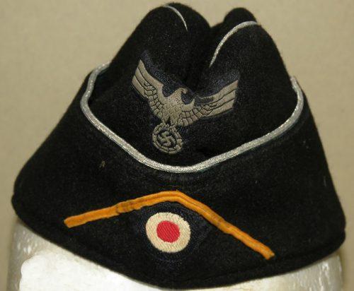 Черные суконные пилотки офицеров танковых частей образца 1938 года с обшивкой.
