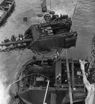 Спасательные работы на затонувшем линкоре «Arizonа». Февраль 1942 г.