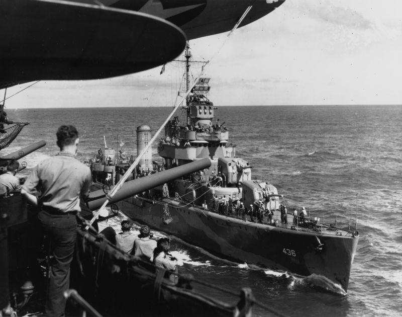 Эсминец «Монссен» передает почту на авианосец «Энтерпрайз» во время операций на юге Тихого океана. Май 1942 г.