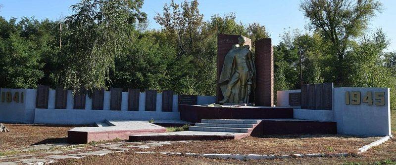 с. Светлогорское Криничанского р-на. Мемориал, установленный на братской могиле, в которой похоронено 280 советских воинов, погибших при освобождении с. Анна-Зачатовка 25-28 октября 1943 г.