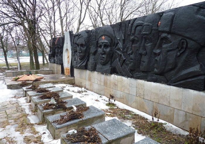 с. Семеновка Криничанского р-на. Памятник погибшим односельчанам.