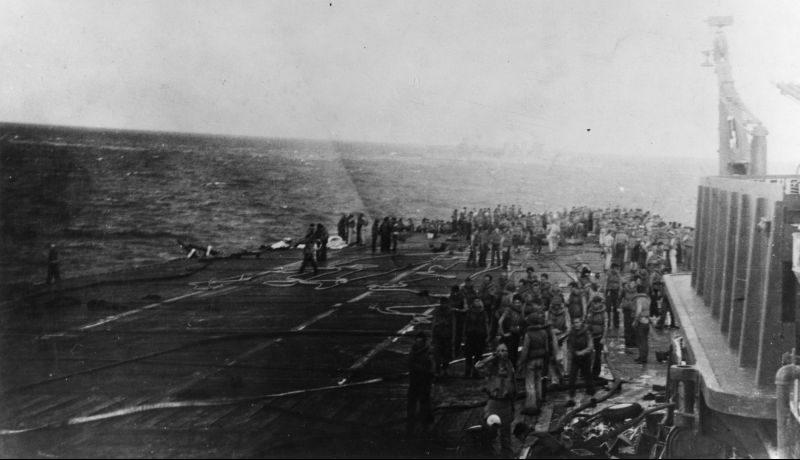 Команда горящего американского авианосца «Лексингтон» готовится покинуть корабль. Май 1942 г.