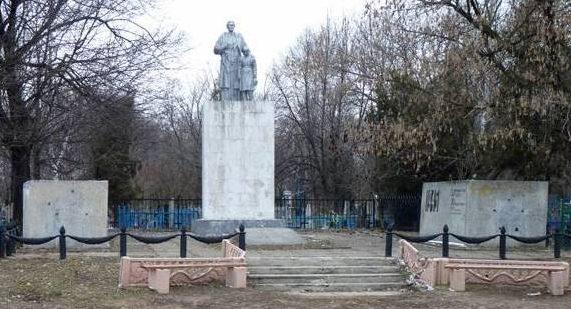 г. Павлоград. Памятник, установленный на братской могиле воинов, погибших при обороне города в 1941 году и при его освобождении в 1943 году.