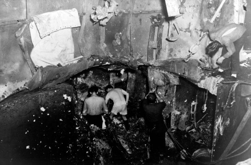 Повреждения на третьей и четвертой палубах авианосца «Йорктаун» от взрыва 250-кг японской авиабомбы во время сражения в Коралловом море. Май 1942 г.