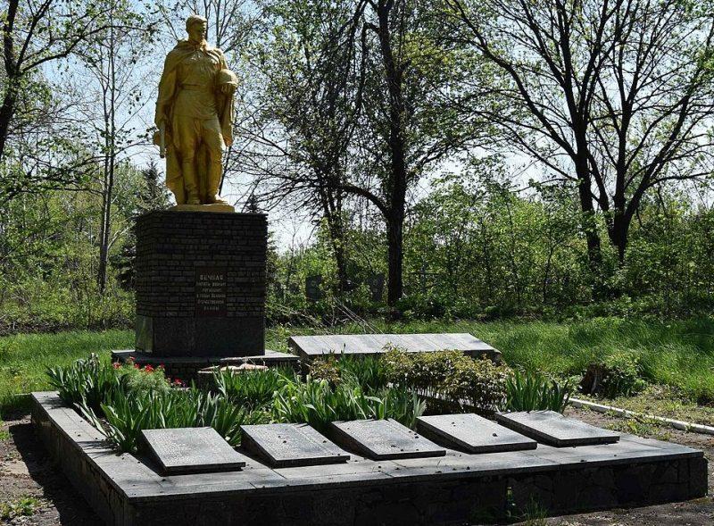 с. Тепловка Криничанского р-на. Памятник, установленный на братской могиле, в которой похоронено 70 советских воинов, погибших при освобождении села Тепловка 25-26 октября 1943 г.