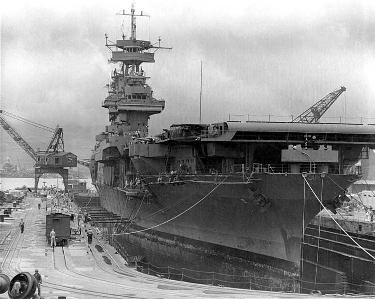 Авианосец «Yorktown» в сухом доке военно-морской верфи Перл-Харбора. Май 1942 г.
