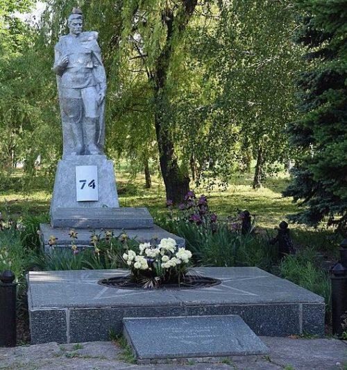 с. Украинка Криничанского р-на. Памятник, установленный на братской могиле, в которой похоронено 7 советских воинов, погибших при освобождении села Украинка 22 октября 1943 г.