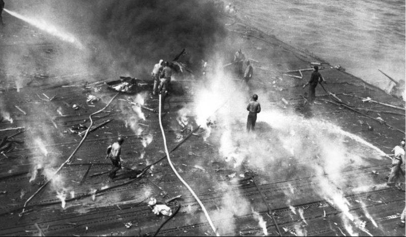 Палуба авианосца «Йорктаун» после атак японских бомбардировщиков в ходе битвы за Мидуэй. Июнь 1942 г.