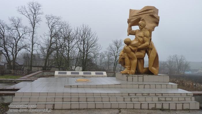 с. Червоноивановка Криничанского р-на. Памятник, установленный на братской могиле, в которой похоронено 27 советских воинов, погибших в боях за село и памятный знак погибшим односельчанам.