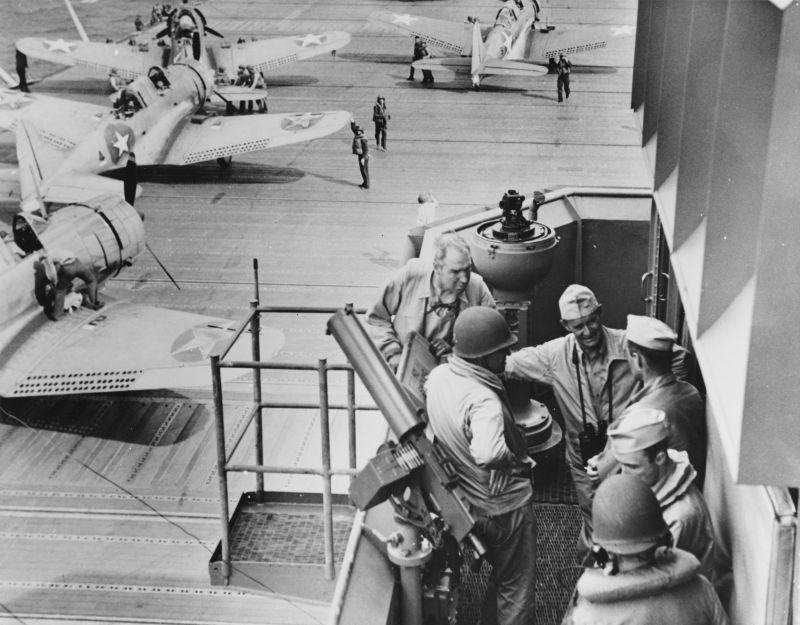 Офицеры на мостике авианосца «Уосп» во время битвы за Гуадалканал. Август 1942 г.