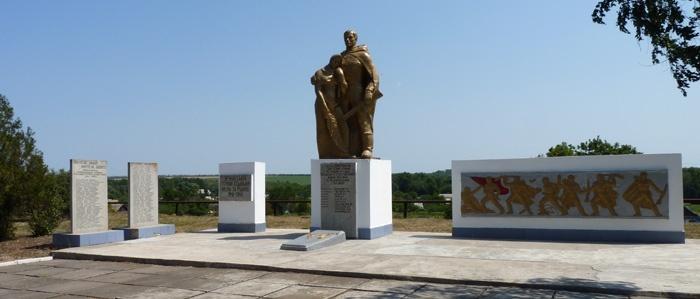с. Валовое Криворожского р-на. Братская могила воинов, погибших в боях за село и памятный знак погибшим односельчанам.