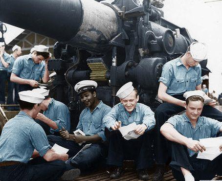 Экипаж подлодки «Argonaut» читает почту после возвращения из похода. Август 1942 г.