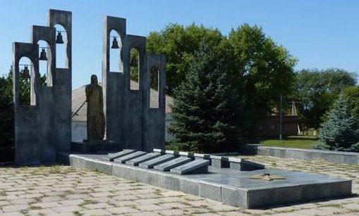 с. Александровка Магдалиновского р-на. Памятник погибшим односельчанам.
