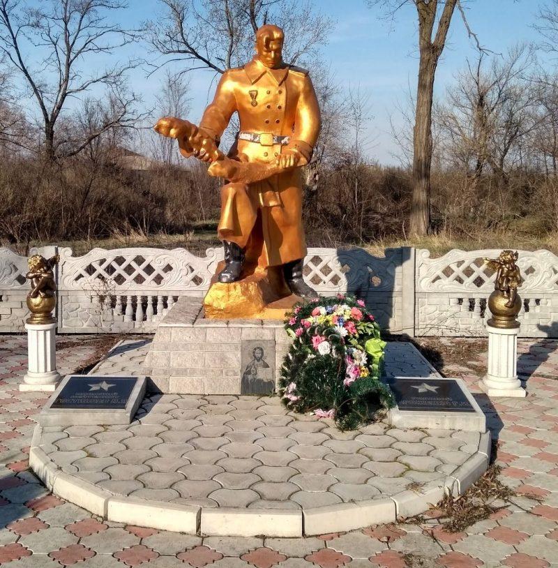 с. Гейковка Криворожского р-на. Памятник, установленный в 1957 году на братской могиле 2 советских воинов, погибших при освобождении поселка в октябре 1943 года - марте 1944 года.