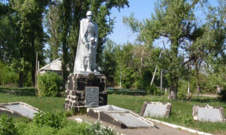 с. Водяное Магдалиновского р-на. Памятник воинам-землякам.