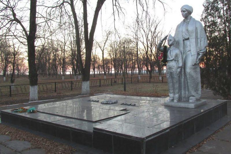 с. Глееватка Криворожского р-на. Памятник, установленный на братской могиле советских воинов, павших при освобождении сел Глееватка, Вольная Долина, Веселый Кут.