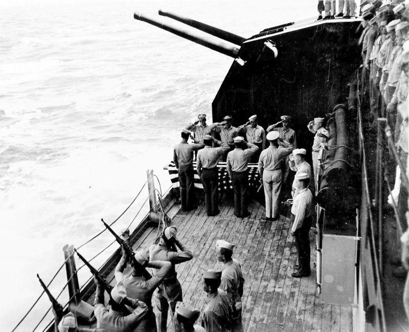 Похороны в море погибших моряков линкора «Северная Каролина». Сентябрь 1942 г.