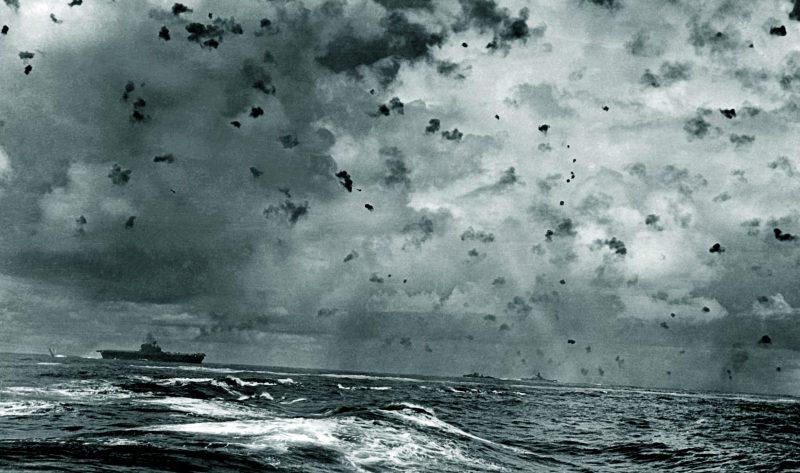 Авианосец «Enterprise» под атакой пикирующих бомбардировщиков во время битвы за острова Санта-Крус. Октябрь 1942 г.