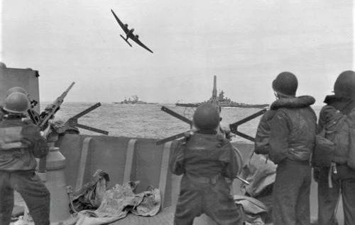 Британский бомбардировщик Handley Page HP.52 «Hampden» имитирует атаку американского линкора «Южная Дакота» в Атлантике. Ноябрь 1942 г.