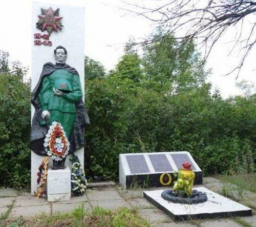 с. Ингулец Криворожского р-на. Братская могила воинов, погибших в боях за село и памятный знак погибшим односельчанам.