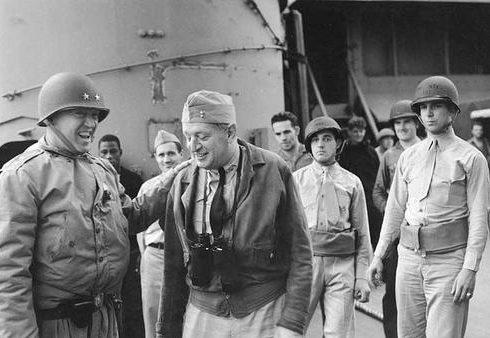 Паттон и контр-адмирал Х. Кент Хьюитт на борту авианосца «Augusta» у берегов Северной Африки. Ноябрь 1942 г.