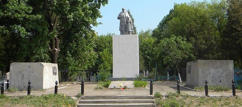 г. Павлоград. Памятник, установленный у 3 братских могил советских воинов.
